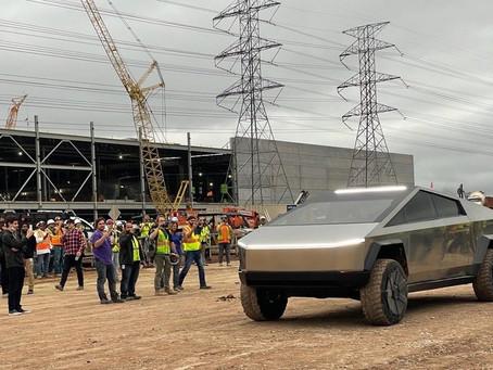 Илон Маск за рулём Cybertruck приехал в Техас на строящийся завод Tesla