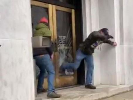 Выступающие против локдауна демонстранты в Орегоне штурмовали здание Капитолия штата