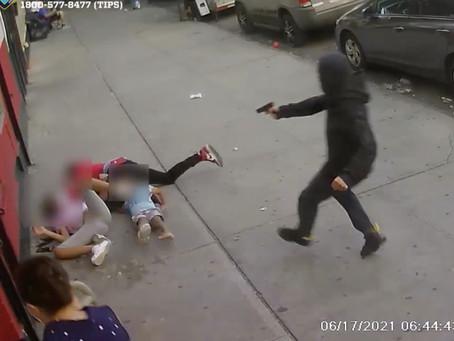 В Нью-Йорке неизвестный открыл стрельбу по мужчине, рядом с которым находились двое его детей