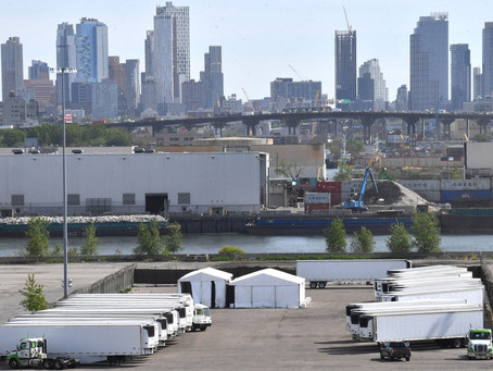 Сотни тел жертв COVID все еще находятся в грузовиках-рефрижераторах на одной из набережных Нью-Йорка