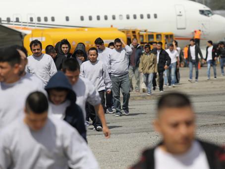 Суд запретил Байдену останавливать депортацию нелегальных иммигрантов