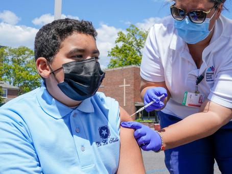 Мэр Нью-Йорка объявил, что город начнет вакцинацию учащихся государственных школ