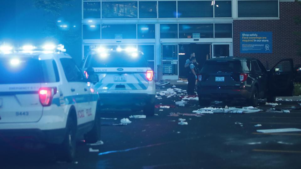 Хаос в центре Чикаго: грабежи, насилие и перестрелки охватили город