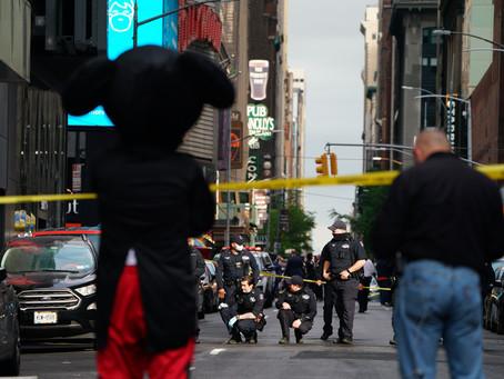 Случайные прохожие, в том числе 4-летняя девочка, были ранены во время стрельбы на Таймс-сквер