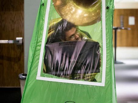 В Вашингтоне старшеклассников поместили в палатки для занятий музыкой на фоне пандемии