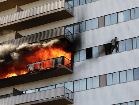 Пожар в высотке заставил людей покидать жильё через окна