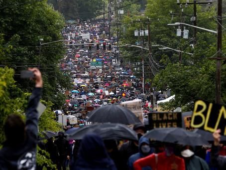 """Протестующие BLM в Сиэтле требуют, чтобы белые люди """"отказались от своих домов"""""""