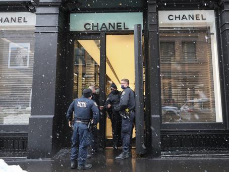 Четверо неизвестных ограбили бутик Chanel на Манхэттене средь бела дня (ВИДЕО)