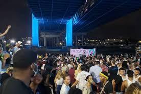 Сотни людей собрались на незаконный рейв под мостом в Бруклине