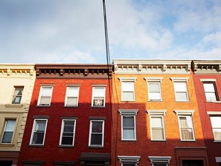 Губернатор Нью-Йорка огласил новые меры помощи арендаторам