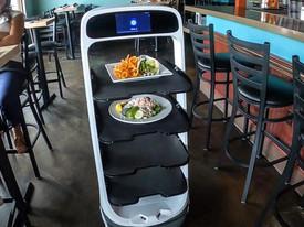 Калифорнийский ресторан не смог найти официантов и вынужден был заменить их роботом