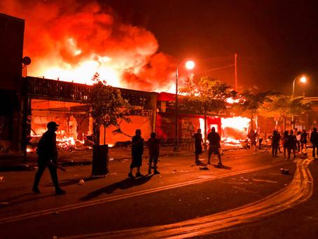 Протестующие в Миннеаполисе подожгли полицейский участок