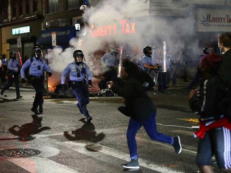 Беспредел в Филадельфии: полицейские укрываются от атак протестующих