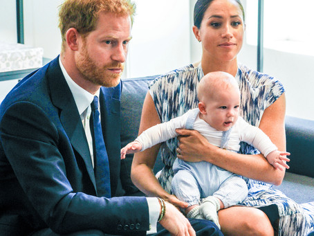 Чтобы сфотографировать сына Гарри и Меган, папарацци прорезают «дыры в ограждении»