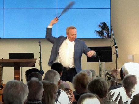 В Калифорнии пастор провёл службу под видом стриптиза, чтобы обойти коронавирусные ограничения