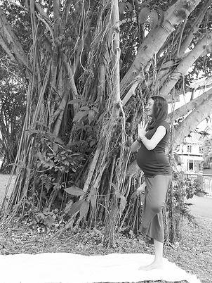 yoga prenatal posture de l arbre.jpg