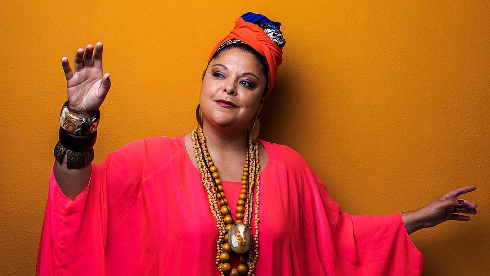 Fabiana Cozza, que foi escolhida para o papel, recusou o convite após receber críticas por não ser considerada preta suficiente para interpretar Dona Ivone, mesmo que tenha extensa afinidade com o samba e contato pessoal com a homenageada quando ainda era viva.