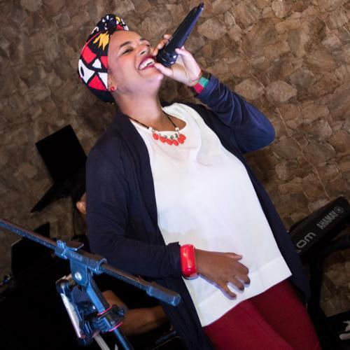 A cantora carioca Elis Loassy durante apresentação. Imagem presente no texto A pandemia e os shows ao vivo: como estão os artistas da noite carioca?