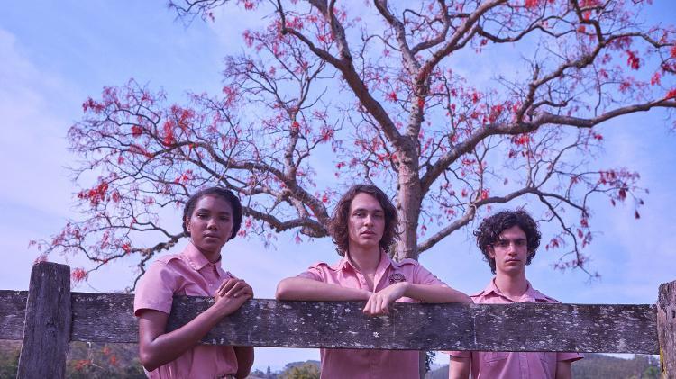 """Fran (Iza Moreira), Chico (Michel Joelsas) e Alex (Caio Horowicz) são os personagens principais da série """"Boca a Boca"""" (Netflix)."""