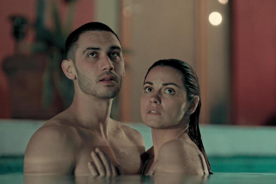 """Cena da primeira temporada de """"Desejo Sombrio, nova série da Netflix, com Maite Perroni e Alejandro Speitzer."""