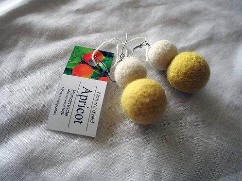 キルギス羊毛フェルト ピアス 草木染め/アプリコット ナチュラルホワイト