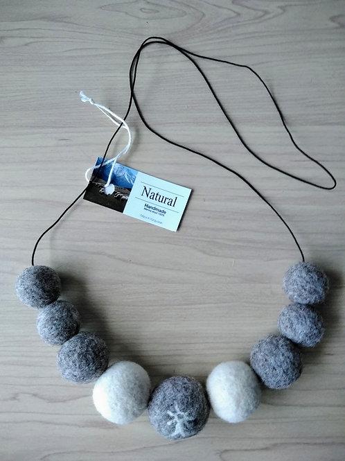 キルギス羊毛フェルト ネックレスver.2 草木染め/無 ナチュラルホワイト&ナチュラルグレイ