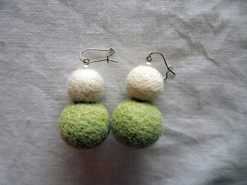 キルギス羊毛フェルト ピアス 草木染め/エスパルセット ナチュラルホワイト(送料込み)