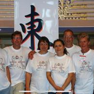 29 januari 2020  Bij het opruimen kwam Anita deze oude foto tegen, gekregen van Mahjongkennis Eric. Hij was de foto tegengekomen op een website in China.   In 2005 waren dit de leden van de Kongrovers die meespeelden met het eerste Europese Kampioenschap.