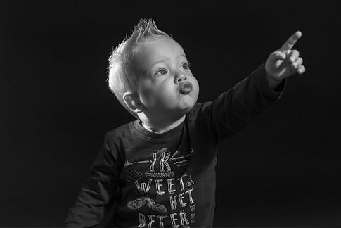 zwart-wit-jongetje-wijzen-1200x801.jpg