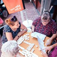 24 augustus 2019  Tijdens Zomer in Haven gaven we Mahjong demo's op straat. Iedereen die durfde kon lekker meespelen of anders gewoon de kunst afkijken.  Foto ©Sven Kraaijenbrink | Van Loof