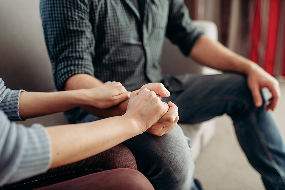 couple-hold-hands-family-psychology-supp