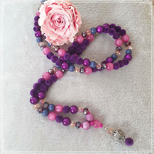 Lange, elastische Perlenkette