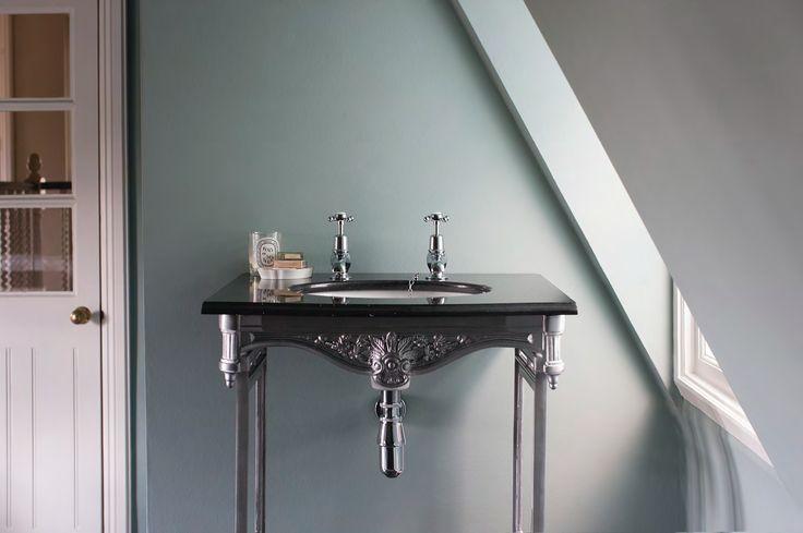 Black granit & aluminium stand