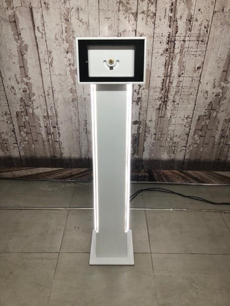 Totem porta tablet en material Corian
