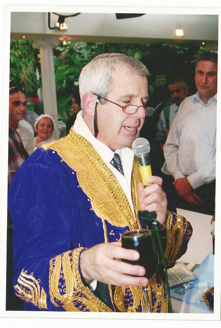 תלבושת מסורתית בטקס ברית מילה יהודית שנערך בידי המוהל הרופא דוקטור שקולניק A Jewish circumcision ceremony conducted by a mohel physician Dr. Zvi Shkolnik