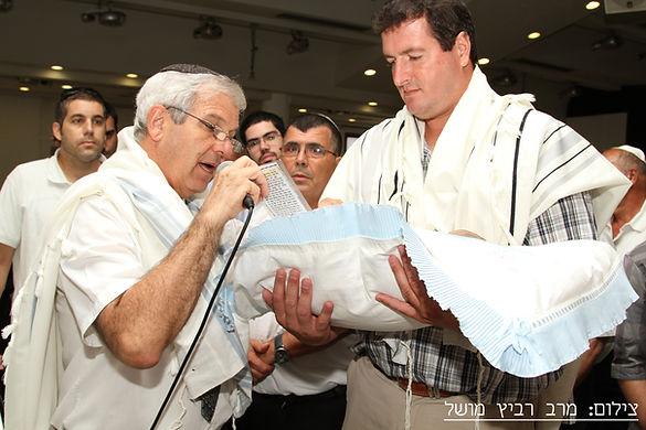 טקס ברית מילה שנערך בידי המוהל הרופא דוקטור שקולניק A circumcision ceremony conducted in israel by a mohel physician Dr. Zvi Shkolnik
