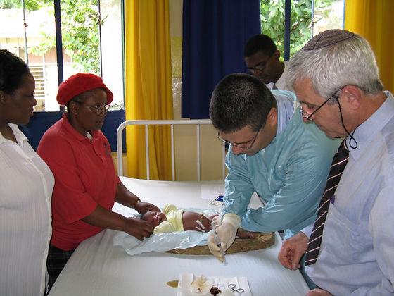 טקס ברית מילה שנערך בסווזילנד בידי המוהל הרופא דוקטור שקולניק A circumcision ceremony conducted in Swaziland by a mohel physician Dr. Zvi Shkolnik