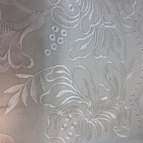 Besticktes Leinenmischgewebe mit Bogenkante weiss