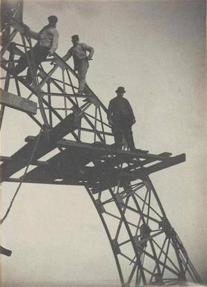 """Trabalhadores no andaime de um feixe de arco da """"Campanile"""" - 1888 - © ADAGP"""