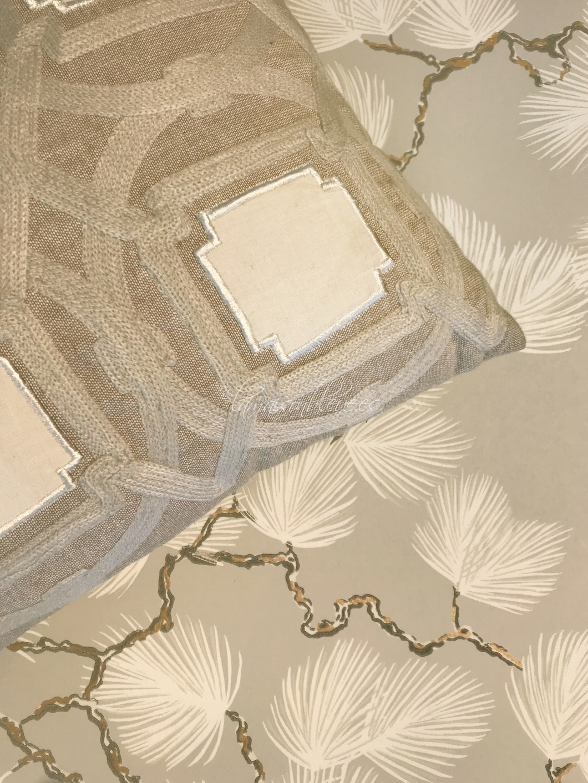 Cojín y papel pintado en tonos arena