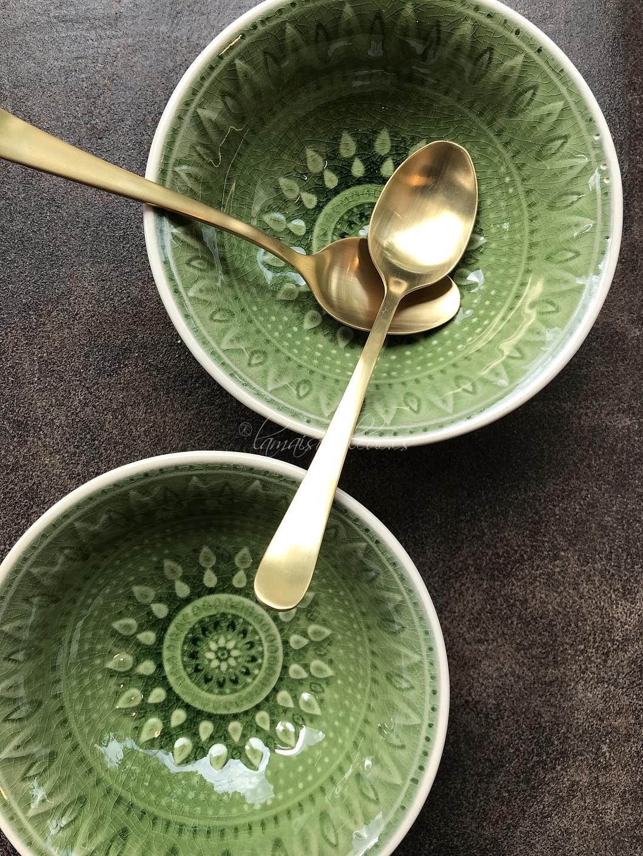 Bol verde y cucharitas doradas