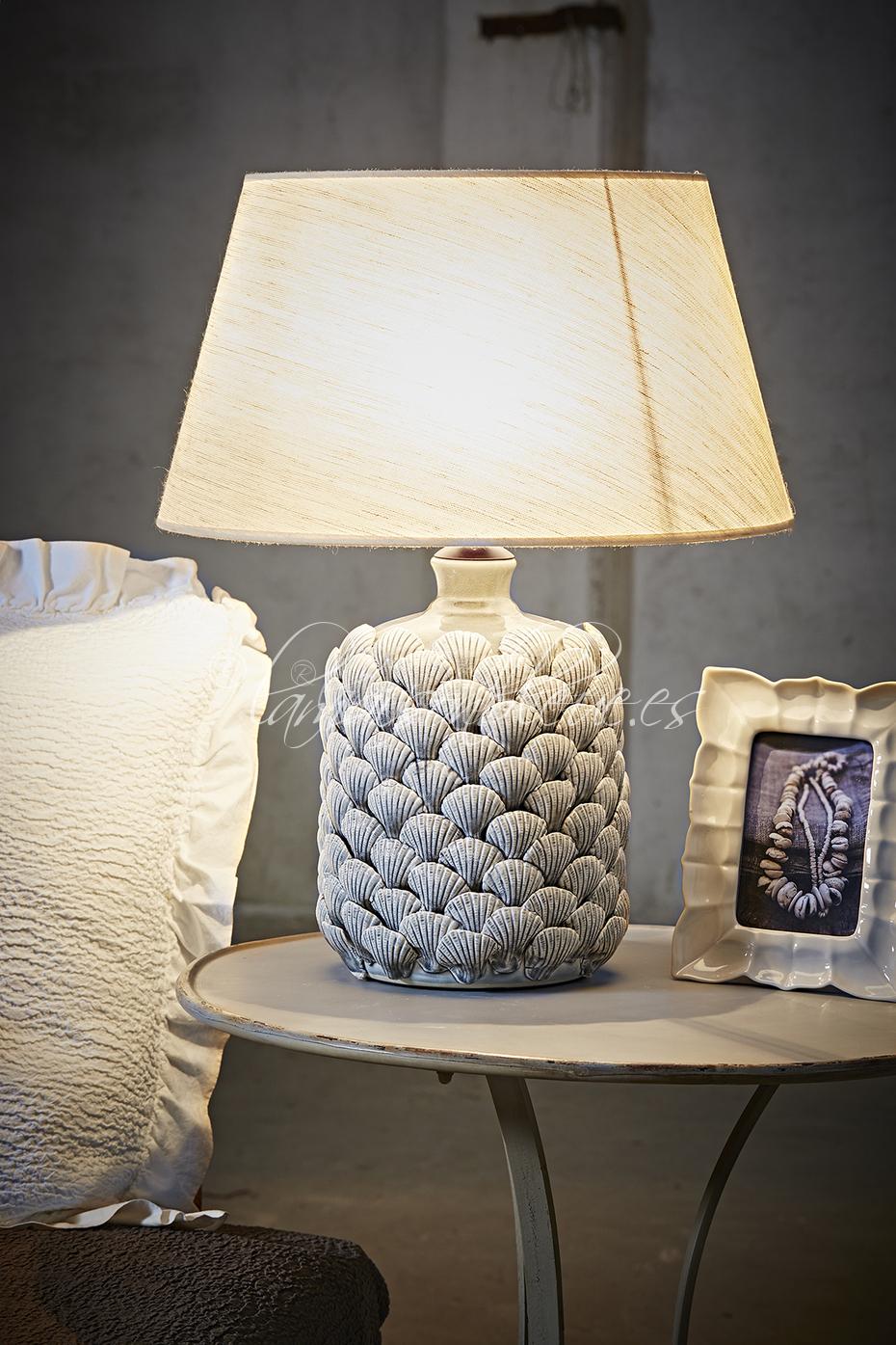 Pie de lámpara de mesa en porcelana.