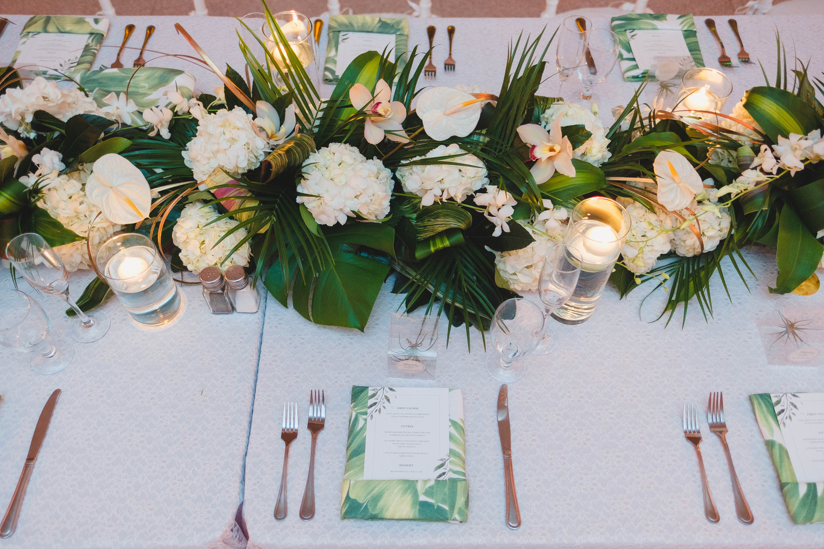 Tropical garland table design