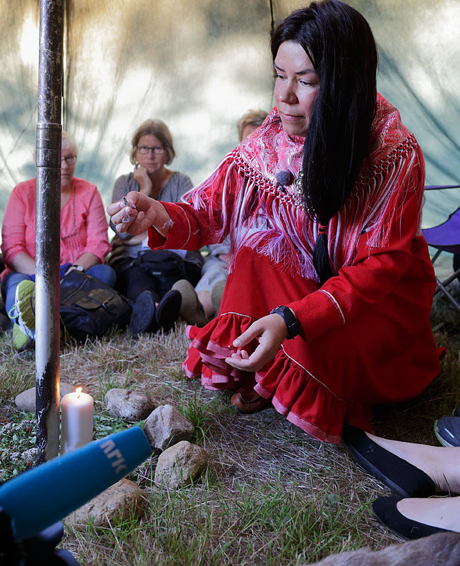 Astrid Ingebjørg Swart holdt foredrag om samisk sjamanisme, kroppens kraftpunkter (chakraer) og hun avsluttet med trommereise