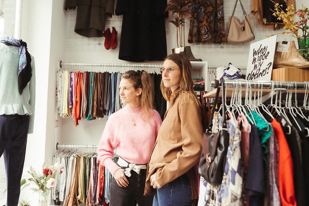Lena Schröder und Maria Schorn in einer Kleiderei-Filiale