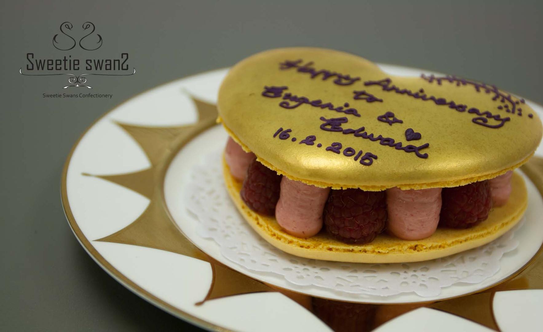 XL Golden Macaron