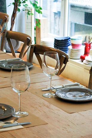 Mesa con cubiertos y copas La Platería