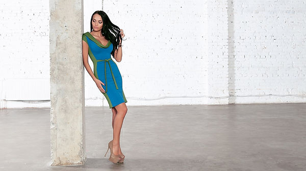Обтягивающее, голубое платье с глубоким декольте от российского дизайнера Полины Ефимовой