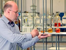 profesor_kozicki_w_laboratorium.jpg