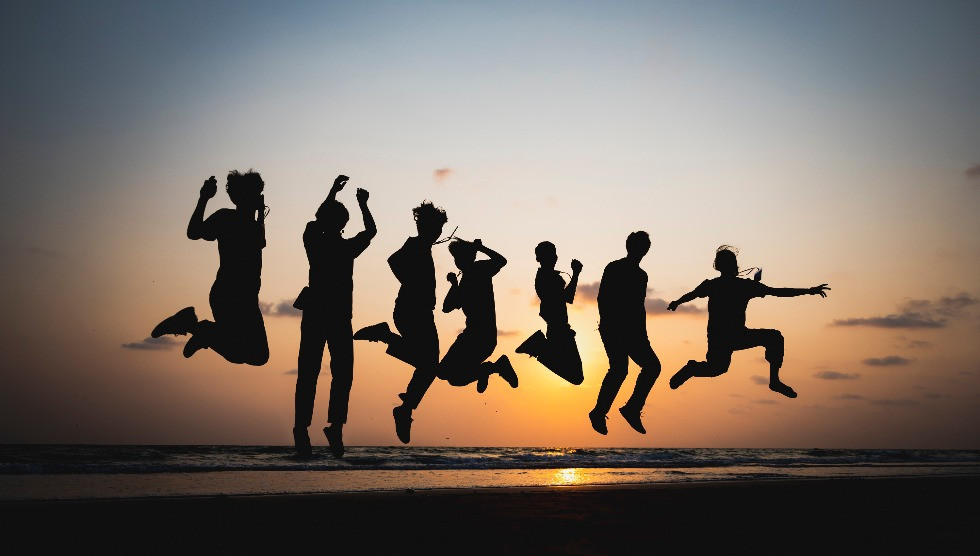 silhouette-friend-jumping-by-sea-sunset_